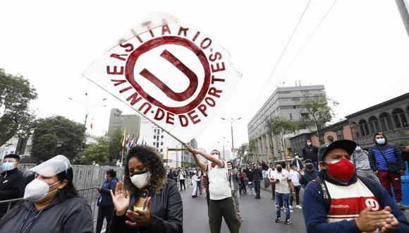 Más de 12 horas pasaron los hinchas de la 'U' frente al Congreso de la República, esperando la aprobación de una ley que les devuelva justicia.