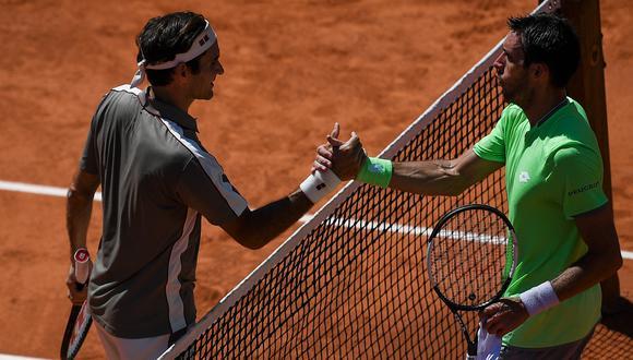 El saludo inicial entre Roger Federer y Leo Mayer. (Foto: AFP)