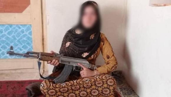 Una foto de la joven con el AK-47 fue ampliamente compartida.