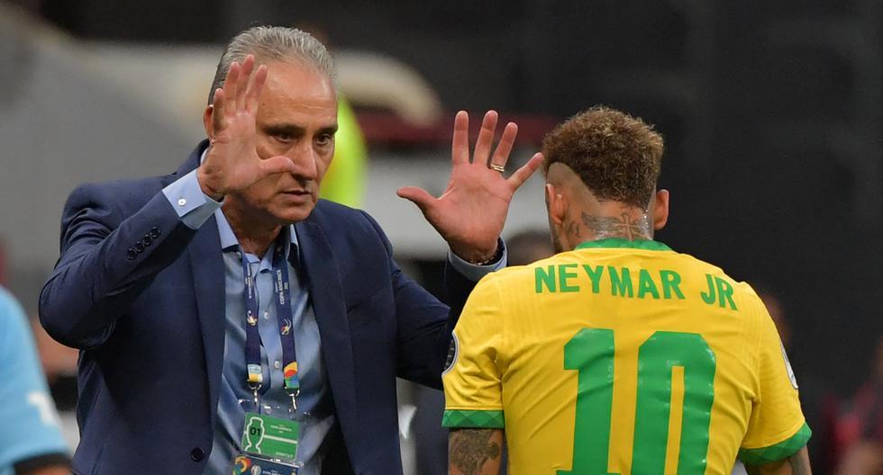 Neymar celebra con el técnico brasileño Tite tras anotar contra Venezuela durante el partido de la fase de grupos del torneo de fútbol Conmebol Copa América 2021 en el estadio Mane Garrincha de Brasilia. (Foto por NELSON ALMEIDA / AFP)
