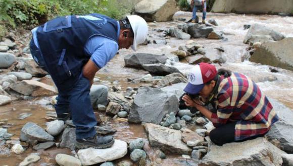 Personal de la Diresa Huánuco recogió ayer muestras de agua en el río Higueras para su análisis. (Foto: Seda Huánuco)