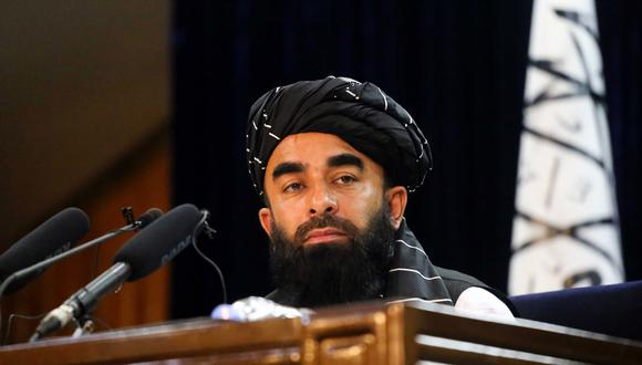 Zabihullah Mujahid, portavoz talibán conversa con periodistas durante una rueda de prensa en Kabul. (Foto: EFE)