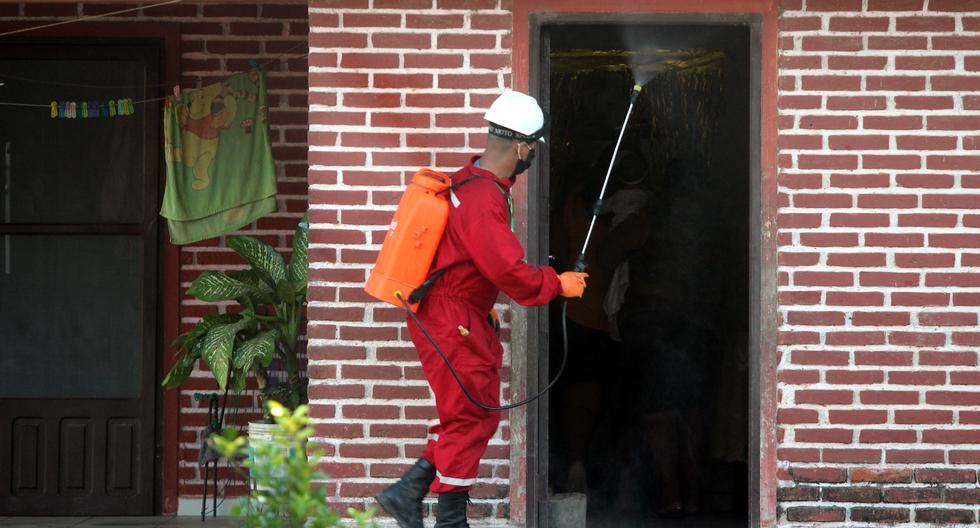 Casa por casa, barrios de Santa Cruz, la ciudad boliviana más golpeada por el coronavirus, ven desinfectados gratis sus hogares y calles gracias a estos voluntarios. (Foto: EFE/ Juan Carlos Torrejón).