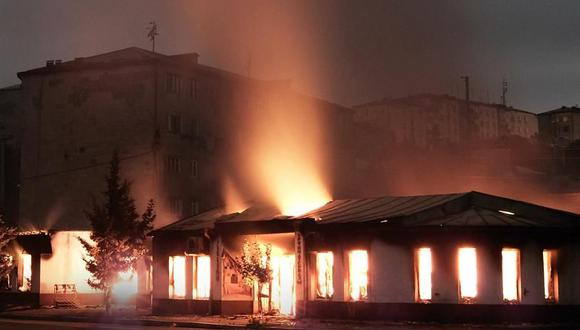 Imagen referencial. Un incendio tras el bombardeo de artillería azerbaiyana en Stepanakert, Nagorno-Karabaj, el 4 de octubre de 2020. (EFE / Areg Balayan / ArmGov).