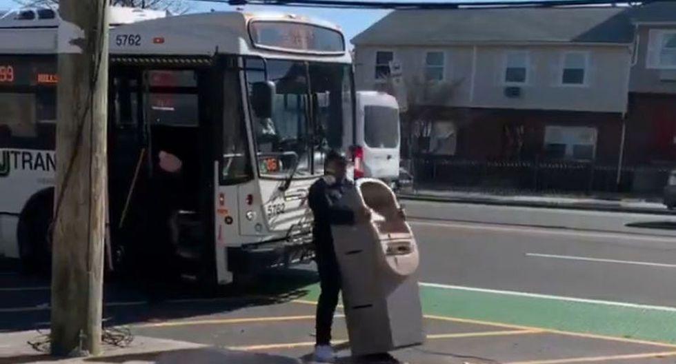 El sujeto intentó ingresar a un bus con el cajero automático. (YouTube: Telerondamx)