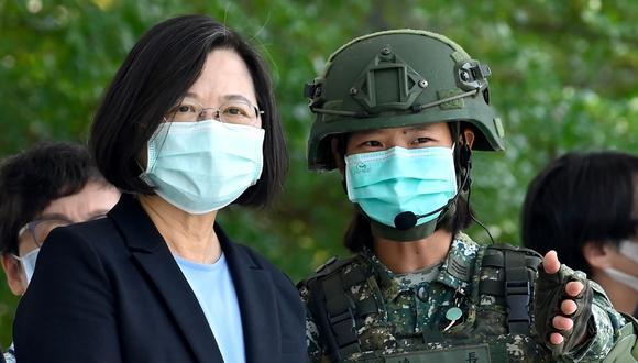 La presidenta de Taiwán, Tsai Ing-wen (izquierda), visita una base militar en Tainan habla con una soldado en medio de la pandemia de coronavirus COVID. (Foto: AFP / Sam Yeh).