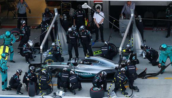 Hoy en día, en la F1 se necesitan de 21 personas al momento del cambio de neumáticos, pues ya no se reposta de combustible. (Foto: Media Daimler)