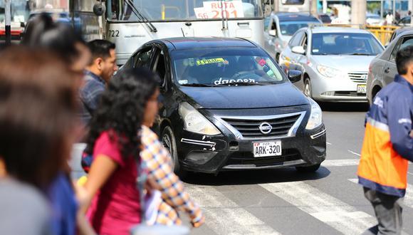 Decenas de colectivos invadieron la ruta del corredor rojo, en la avenida Javier Prado. Dejaban y recogían pasajeros en lugares prohibidos. (Foto: Hugo Curotto)