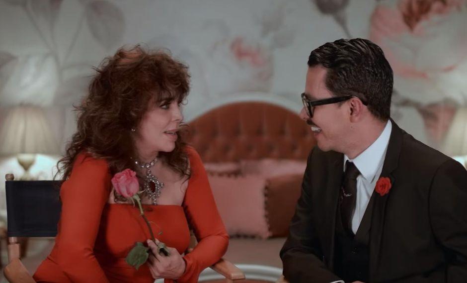 """La actriz Verónica Castro y el director de """"La casa de las flores"""" Manolo Caro en una entrevista exclusiva. (Foto: YouTube)"""