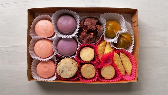 """El box """"De rosas y conventos"""" incluye galletas de rosas con cranberry y almendras; macarons de rosas y lavanda; galleta craquelada de red velvet con chocolate blanco, entre otros antojos dulces."""
