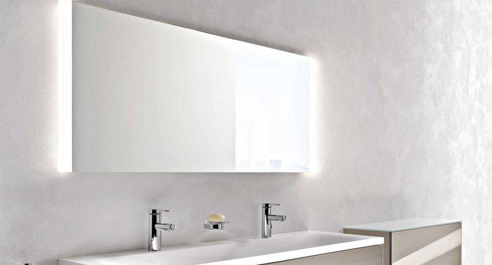 Espejos con bordes retroiluminados en el baño. (Diseño de Marx)