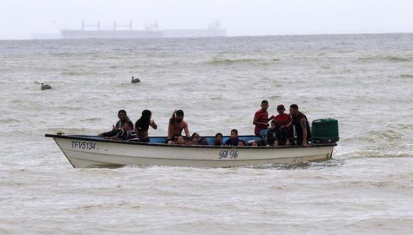 Migrantes venezolanos recientemente deportados llegan a la costa en la playa Los Iros, en Erin, Trinidad y Tobago. (Foto referencial: Lincoln Holder/Courtesy Newsday/via REUTERS).