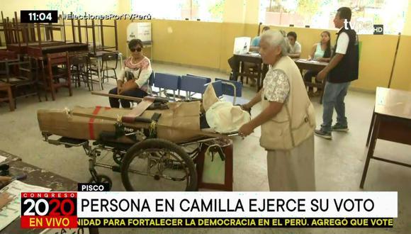 La madre llegó con su hija en una camilla para que pudiera votar y así evitar la multa. (Foto captura: TV Perú Noticias)