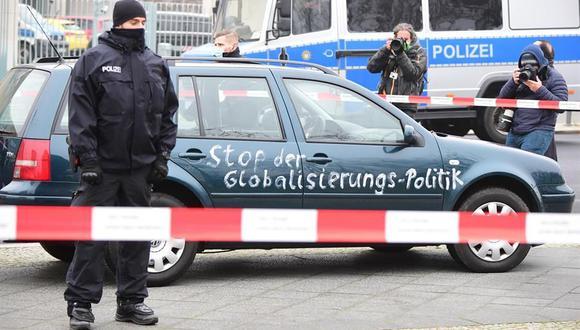 El carro con pintadas antiglobalización que fue estrellado contra la valla de la Cancillería de Alemania. (EFE/EPA/JEAN-MARC WIESNER).