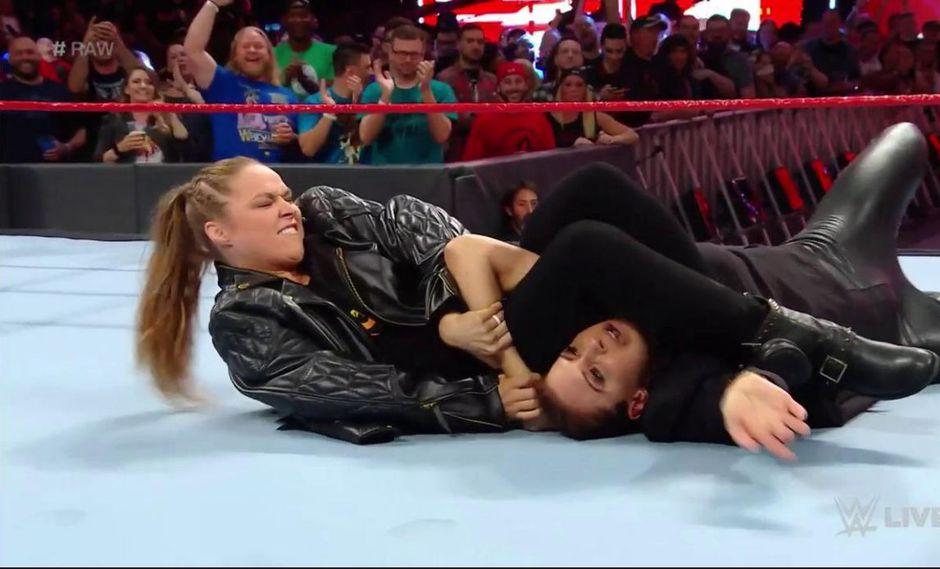 En el WWE Raw posterior a WrestleMania 34, Ronda Rousey atacó nuevamente a Stephanie McMahon. (Foto: Twitter)