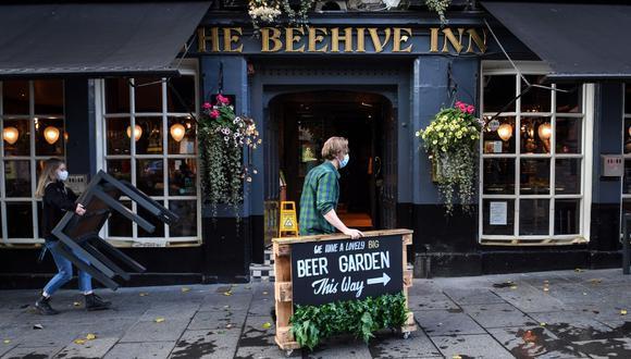 La autoridades de Edimburgo, en Escocia, ordenaron el cierre de pubs durante dos semanas para frenar el rebrote del coronavirus. (Foto de Andy Buchanan / AFP).