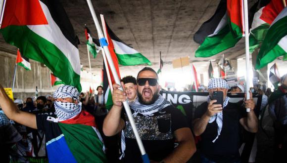 La gente camina por debajo de la autopista 405 mientras se manifiesta en apoyo de Palestina durante el mitin y protesta Nakba 73 de Los Ángeles: Resistencia hasta la liberación desde el Edificio Federal de los Estados Unidos hasta el Consulado de Israel. (Foto: AFP / Patrick T. FALLON).
