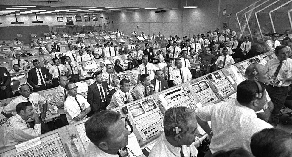 Horas antes del lanzamiento, un fallo en uno de los satélites amenaza con frustrar la misión, pero apenas dos horas antes de la hora consiguen una solución que garantiza la comunicación con los astronautas. (NASA)