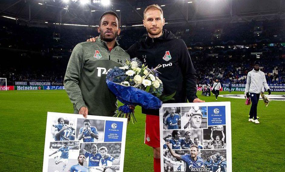 """La directiva del Schalke 04 aprovechó la presencia de Jefferson Farfán para obsequiarle un ramos de flores y un afiche por los años que defendió la camiseta de los """"Reyes Azules"""". (Foto: Agencias)"""