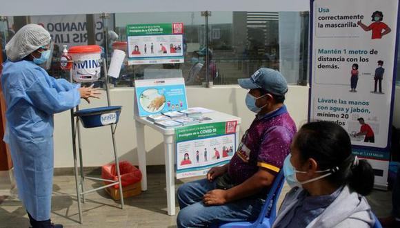 El director adjunto de la Diris Lima Norte indicó que los resultados del tamizaje realizado a los 250 comerciantes serán publicados en dos días en la página web del INS. (Foto: Diris Lima Norte)