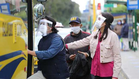 Usuarios del transporte urbano deberán usar protector facial y mascarilla.(Foto: Minsa)