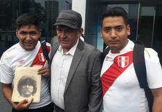 Hugo Sotil y el joven que hace 20 años heredó de su padre un libro con fotos inéditas que el Cholo nunca vio