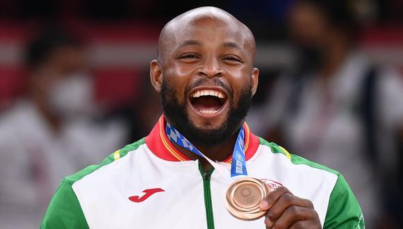 El portugués Jorge Fonseca, medallista de bronce, celebra durante la ceremonia de entrega de medallas del concurso de judo masculino -100 kg durante los Juegos Olímpicos de Tokio 2020 en el Nippon Budokan en Tokio el 29 de julio de 2021. (Foto: AFP)