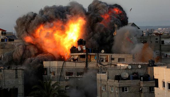 Una bola de fuego surge de un edificio en el distrito residencial Rimal, Gaza, durante el bombardeo masivo de Israel en el enclave controlado por Hamas. (Bashar TALEB / AFP).