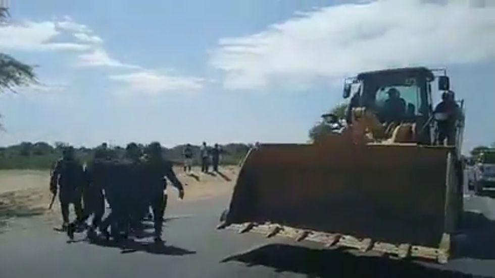 PNP usó maquinaria para retirar a manifestantes y el bloqueo de las vías. (Foto: Cortesía)
