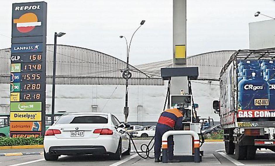Repsol: precios de los combustibles tienen un retraso de 2%