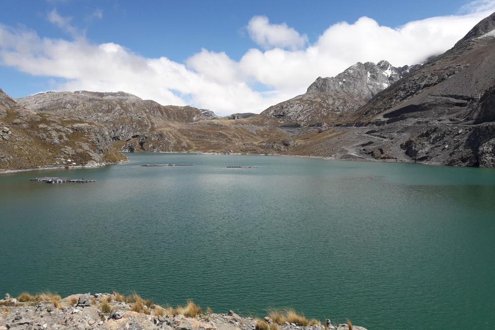 La Laguna Chuchun es la primera que te vas a encontrar en el camino. Es conocido por poseer la forma del mapa del Perú.