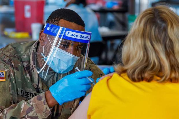 Estados Unidos no exigirá pasaporte de vacunación contra el coronavirus. (EFE/EPA/ERIK S. LESSER/).