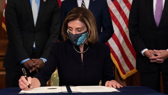 """Nadie está por encima de la ley"""", dice Nancy Pelosi al firmar el impeachment a Donald Trump. (Foto: Brendan Smialowski / AFP)."""