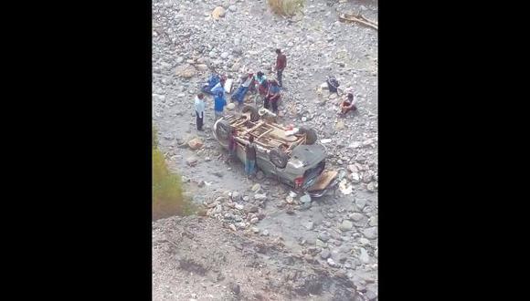El vehículo era ocupado por ocho miembros de una familia que se desplazaban a Conchucos para sepultar a un pariente que había fallecido en Lima. Tras el accidente, solo cuatro sufrieron lesiones leves (Foto: cortesía Jacinto Rojas)