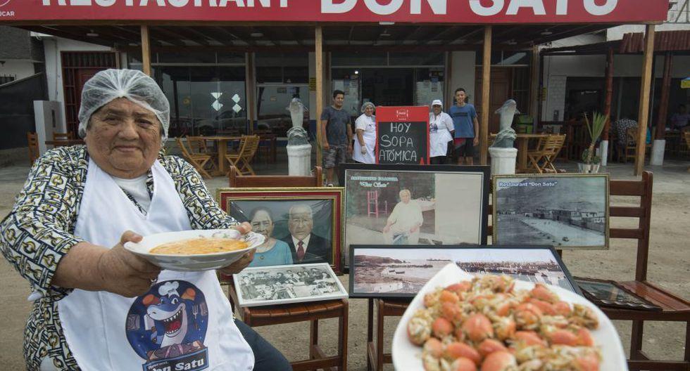"Celestina Francia, ""la tia cucha"" con mui muis para preparar la especialidad de Don Satu, la ""sopa atómica"".  (Foto: Flor Ruiz - @florruizperu)"