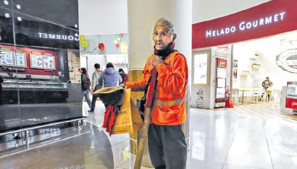 Blas Choque, de 82 años, se coloca cerca de las escaleras mecánicas del establecimiento para pedir limosna al público.   (Foto: Piko Tamashiro).