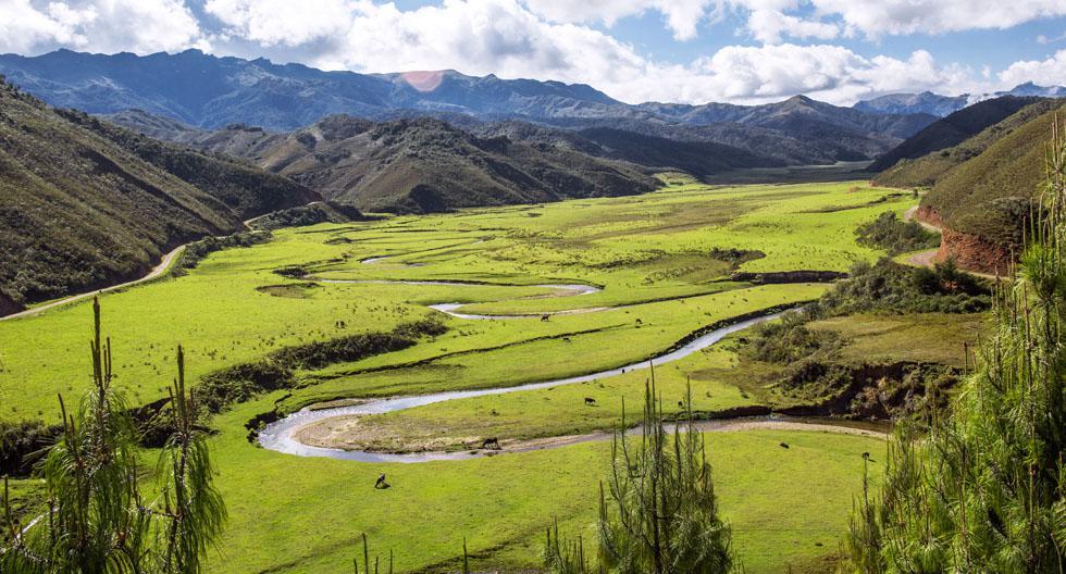El valle de Huaylla Belén se encuentra al sur de la provincia de Luya, región Amazonas, y es un lugar perfecto para desconectarse del ruido de la ciudad. Destaca por sus verdes campos y es conocido como La Serpiente de Plata por sus curvas en torno al río Huaylla.(Fotos: Archivo El Comercio /PromPerú)