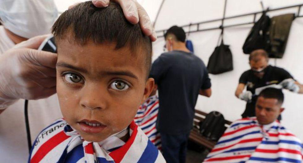 Miles de familias venezolanas han inmigrado a Colombia en los últimos años. En esta imagen, inmigrantes venezolanos se cortan el pelo a su llegada a la estación de autobuses de Bogotá. (Getty Images).