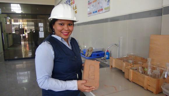Maritza Zapata con su invención, la cual tiene numerosas utilidades prácticas. (Foto: UNS)