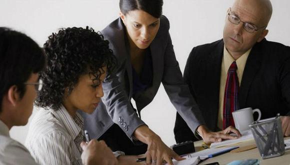 A pesar de que la presencia de mujeres ha crecido dentro de los directorios de las empresas, expertos en temas de consultoría y gestión de recursos humanos consideran que imponer una cuota mediante una norma no sería una solución a la disparidad actual.