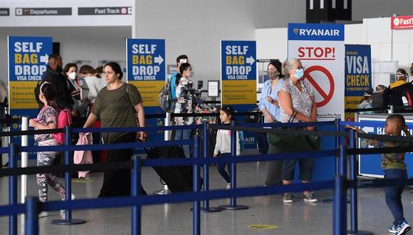 Coronavirus: Los pasajeros hacen cola para registrarse para vuelos en el aeropuerto de Stansted de Londres, Gran Bretaña. (EFE / EPA / ANDY RAIN).