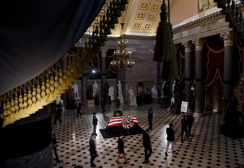 Los dolientes rodean el ataúd de la difunta juez Ruth Bader Ginsburg durante un servicio conmemorativo en su honor en el Salón de las Estatuas del Capitolio de Estados Unidos en Washington. (Olivier Douliery/Pool/REUTERS).
