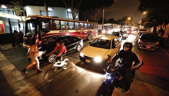 Según la comuna de Barranco, cruzar las 15 cuadras del distrito toma hasta 20 minutos en horas punta. Modificar el sentido de las avenidas Pedro de Osma, San Martín y Grau aligeraría el tráfico (Foto: Piko Tamashiro/El Comercio).