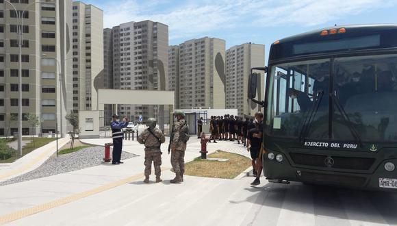 Miembros de las Fuerzas Armadas trabajan para acondicionar la Villa Panamericana en un hospital que atienda a pacientes no graves de coronavirus. (Foto: Difusión)