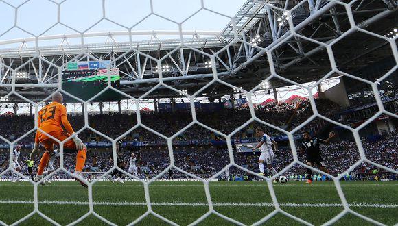 El nuevo portero titular de Argentina se apresuró en una salida y le entregó la pelota a un delantero de Islandia. Fue la oportunidad más clara para los nórdicos en su estreno en Rusia 2018. (Foto: AFP)