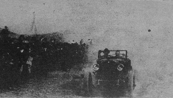 Momento preciso en que el auto Hudson de Elmer Faucett cruza la meta en La Chira, Chorrillos, esa tarde del 25 de octubre de 1925. (Foto: GEC Archivo Histórico)
