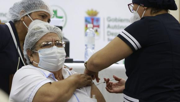 Una trabajadora de la salud recibe hoy la vacuna china Sinopharm contra la covid-19, en Santa Cruz (Bolivia). (Foto: EFE/Juan Carlos Torrejón).