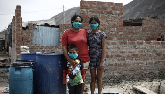 Norma Acuña vive con sus dos hijos en Pampa Pacta. Gasta diez soles cada tres días para llenar sus cuatro tachos de agua. (Fotos: Joel Alonso HuamanI : GEC)