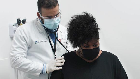Daphne Jones (52) volvió a caminar gracias a un exitoso tratamiento a una extraña enfermedad sanguínea que una veintena de doctores confundió con cáncer, hongos, mieloma y hasta esclerosis múltiple.   Crédito: Cleveland Clinic
