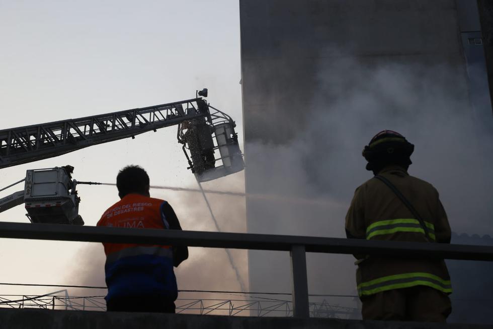 Un total de 21 unidades del Cuerpo General de Bomberos atienden un incendio de grandes proporciones en un local comercial de artículos de limpieza ubicada en la cuadra 8 de la avenida Paseo de la República, frente al Parque Mágico del Agua, en el Cercado de Lima. Fotos: Eduardo Cavero / @photo.gec